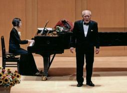 「90歳の挑戦 歌曲コンサート」で歌う陰山恭道さん(右)と伴奏する陽子さん(陰山恭道さん提供)