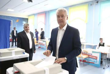 9日に行われたモスクワ市長選で、市内の投票所で投票する現職のソビャニン市長(タス=共同)