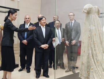 フランス・リヨンにある織物博物館を視察される皇太子さま=8日(共同)