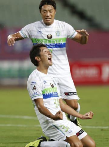 C大阪―湘南 前半、ゴールを決め喜ぶ湘南・金子(下)=ヤンマー