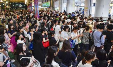 京葉線が運転を見合わせた影響により混雑するJR舞浜駅=9日午後8時29分、千葉県浦安市
