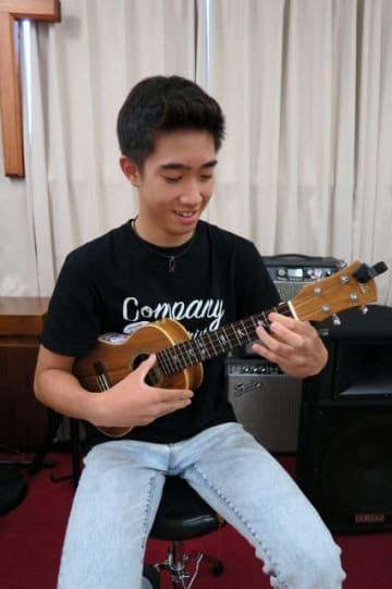 「世界で活躍するウクレレ奏者になりたい」と夢を語る慈愛来さん =横須賀市舟倉の「インマヌエルチャーチ」