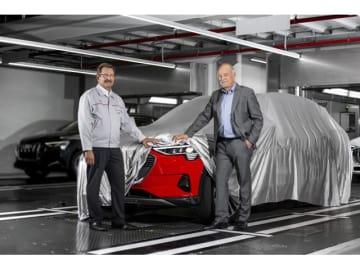 AUDI AG取締役のぺーター・ケスラー氏とアウディ ブリュッセルのパトリック・ダナウ氏が見守るなか、ミサノレッドに塗装された最初の生産車が、工場からラインオフ