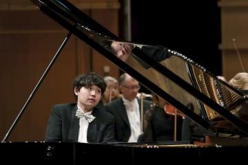 9日、ノルウェー・ベルゲンで行われたグリーグ国際ピアノコンクールの最終選考で演奏する高木竜馬さん(Dag Fosse撮影、共同)