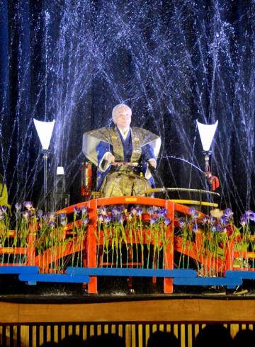 一斉に水が噴き出し観客を沸かせた水芸=9月9日、福井県福井市日之出小体育館