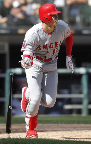 ホワイトソックス戦の八回、右中間へ二塁打を放つエンゼルスの大谷=9日、シカゴ(AP=共同)