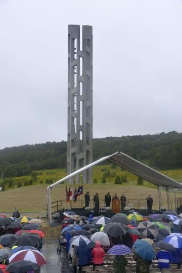 9日、ユナイテッド航空93便が墜落したテロ事件の犠牲者を追悼する記念碑の完成式典=東部ペンシルベニア州シャンクスビル近郊(共同)