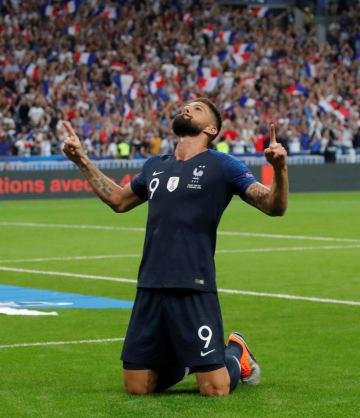 サッカーの欧州ネーションズリーグ、リーグA、1組のオランダ戦で勝ち越しゴールを決めたフランスのジルー=9日、サンドニ(ロイター=共同)