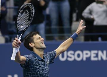 全米テニス最終日、デルポトロを破り、3年ぶり3度目の優勝を果たしたジョコビッチ=9日、ニューヨーク(AP=共同)