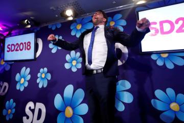 選挙事務所で喜びをあらわにする民主党のオーケソン党首=9日、ストックホルム(ロイター=共同)