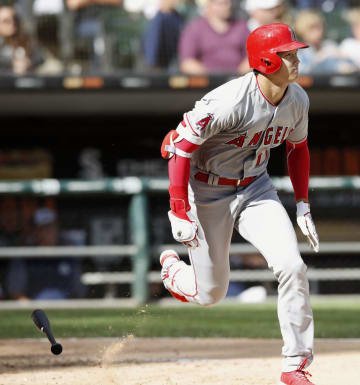 ホワイトソックス戦の8回、右中間に二塁打を放ったエンゼルス・大谷=シカゴ(共同)