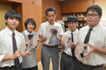 山口伸樹市長(中央)にDVDの完成を報告した笠間高生=笠間市中央