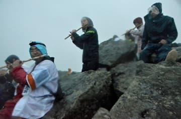 岩木山山頂で登山囃子を響かせて御来光を待ちわびる参拝者