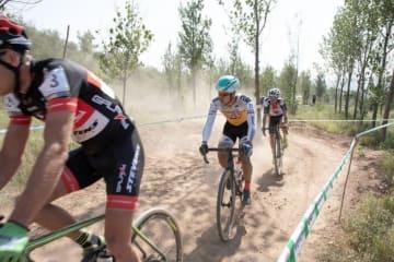 2位集団内の織田聖(弱虫ペダルサイクリングチーム)が去年の野辺山で活躍したエミル・ヘケレ(チェコ)と第1戦優勝者ゴス・ファン・デル・メール(オランダ)等と前方を伺う。