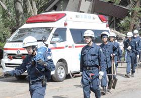 朝日地区での救助を終えて、引き揚げる警察官(6日)