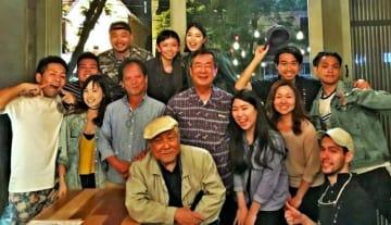 吉村規亮さん(中段左から3人目)新本博司さん(同4人目)を囲んで盛り上がった夕食会=カナダ・トロントの居酒屋ぐうう(久高史也さん提供)