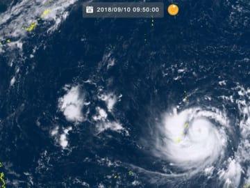マリアナ諸島付近にある台風22号。左上が沖縄(10日9時50分、ひまわり8号リアルタイムwebから)