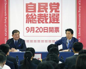 自民党総裁選の共同記者会見をする安倍首相(右)と石破元幹事長=10日午前、東京・永田町の党本部
