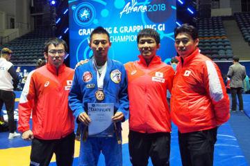 出場選手と白井正良コーチ。左から2人目が銅メダル獲得の上田直毅=チーム提供