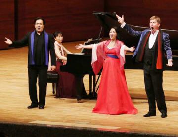新潟市出身の今井あいさん(右から2人目)らが出演したコンサート=8日、新潟市中央区