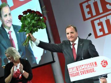 9日、スウェーデン・ストックホルムでスピーチする社会民主労働党党首のロベーン首相(ロイター=共同)