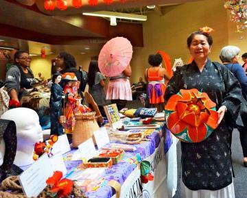 「多くの人に沖縄の工芸の素晴らしさを見てもらえてうれしい」と語る美枝子クーパーさん