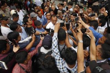 10日、カンボジア・プノンペンで、報道陣の取材に応じるケム・ソカ党首の弁護士(中央)(AP=共同)
