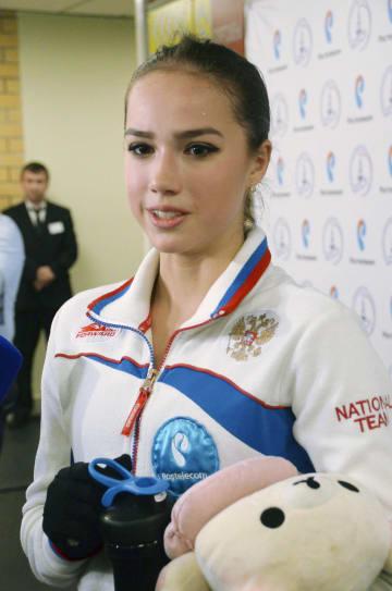 新シーズンのフリー演技公開後、記者の質問に答えるフィギュアスケート女子のアリーナ・ザギトワ=9日、モスクワ(共同)