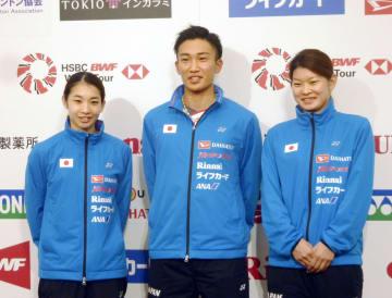 ジャパン・オープンに向けた意気込みを語った(左から)松友美佐紀、桃田賢斗、高橋礼華=10日、東京都内