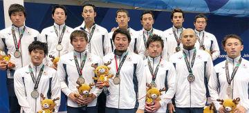 銀メダルを獲得したポセイドンジャパン(前列左端が荒井選手、左から3人目が飯田選手)