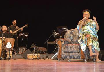 9日、キューバ・ハバナで河野治彦さん(左)のバンドと共演するオマーラ・ポルトゥオンドさん(右)(共同)