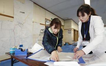 ボランティアセンターの開設に向け、準備に追われる社会福祉協議会の職員ら=10日午後、北海道厚真町
