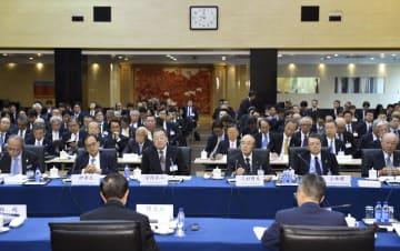 中国商務省(手前)との会合に臨む日中経済協会、経団連、日本商工会議所の合同訪中団=10日、北京(共同)