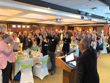 元国際交流研修生の同窓会で、久しぶりの再会を祝い乾杯した参加者(8日、米ミシガン州イーストランシング市)