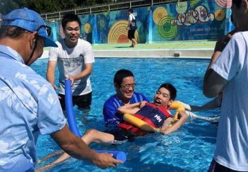 水遊びを楽しむ参加者=鎌倉市坂ノ下