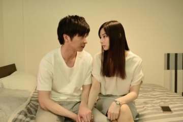 恋人を演じる田中圭と北川景子 - (C)2018映画「スマホを落としただけなのに」製作委員会
