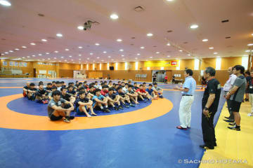 選手を激励する富山英明・日本協会常務理事