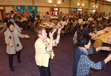 震災後初めての田老地区敬老会で、田老音頭を踊る参加者ら。旧交を温め、地域の絆を確認した