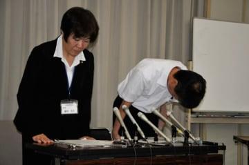 【記者会見で陳謝する廣田教育長(左)ら=三重県庁で】