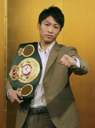 記者会見でポーズをとる、WBAバンタム級王者の井上尚弥=8月21日、東京都内