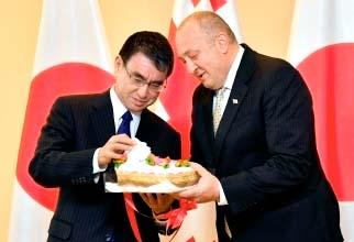 ジョージアのマルグベラシビリ大統領(右)の誕生日に今治タオルのケーキを贈る河野太郎外相=4日、同国大統領府(外務省提供)