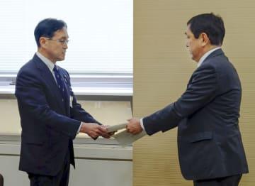 報告書を県教委へ提出する第三者委の梅野正信会長(右)=11日午前、新潟県庁
