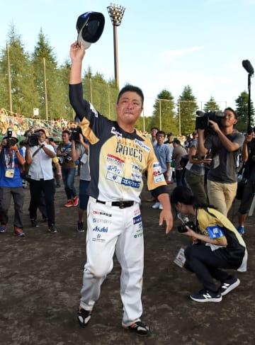 場内を一周しファンの声援に答える栃木GBの村田=9日午後5時25分、小山運動公園野球場