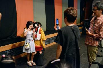 文楽人形と写真を撮る家族連れ=山都町