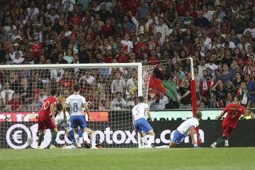 欧州ネーションズリーグ、リーグAの3組のイタリア戦で決勝ゴールを決めポルトガルのAn・シルバ(右端)=10日、リスボン(AP=共同)