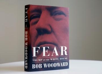 トランプ米政権の内幕を描いた米紙ワシントン・ポストの著名記者ボブ・ウッドワード氏の新刊「恐怖」。(AP=共同)