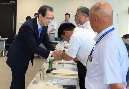 政策協定を結んだ連合福島の幹部らと握手する内堀氏(左)=6日、福島市
