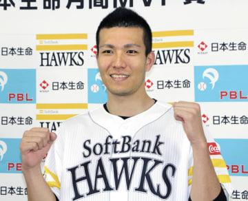 8月の月間MVPに選ばれ、ポーズをとるソフトバンクの千賀=ヤフオクドーム