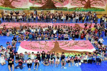大東小の全校児童が完成させた大型の絵「命の一本桜」