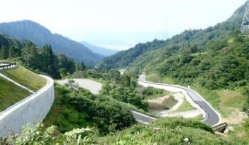 整備された国道416号の峠道(地元住民提供、開通前に撮影)